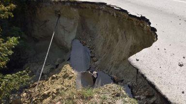 Родопчани блокираха международен път заради свлачището край Тикале