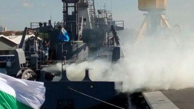 """Кораб """"горя"""" на пристанището в Бургас"""