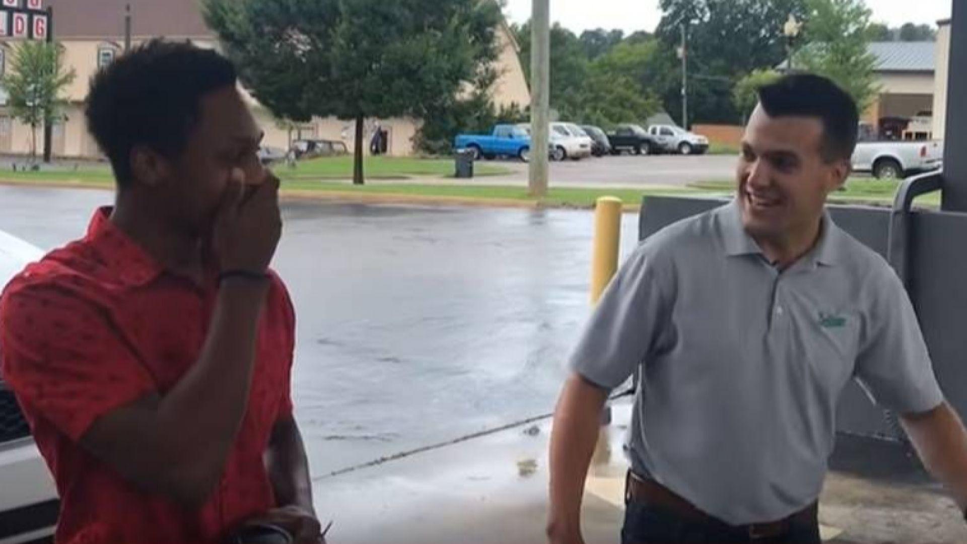 Шеф подари кола на служител, изминал 32 км пеша до офиса (видео)