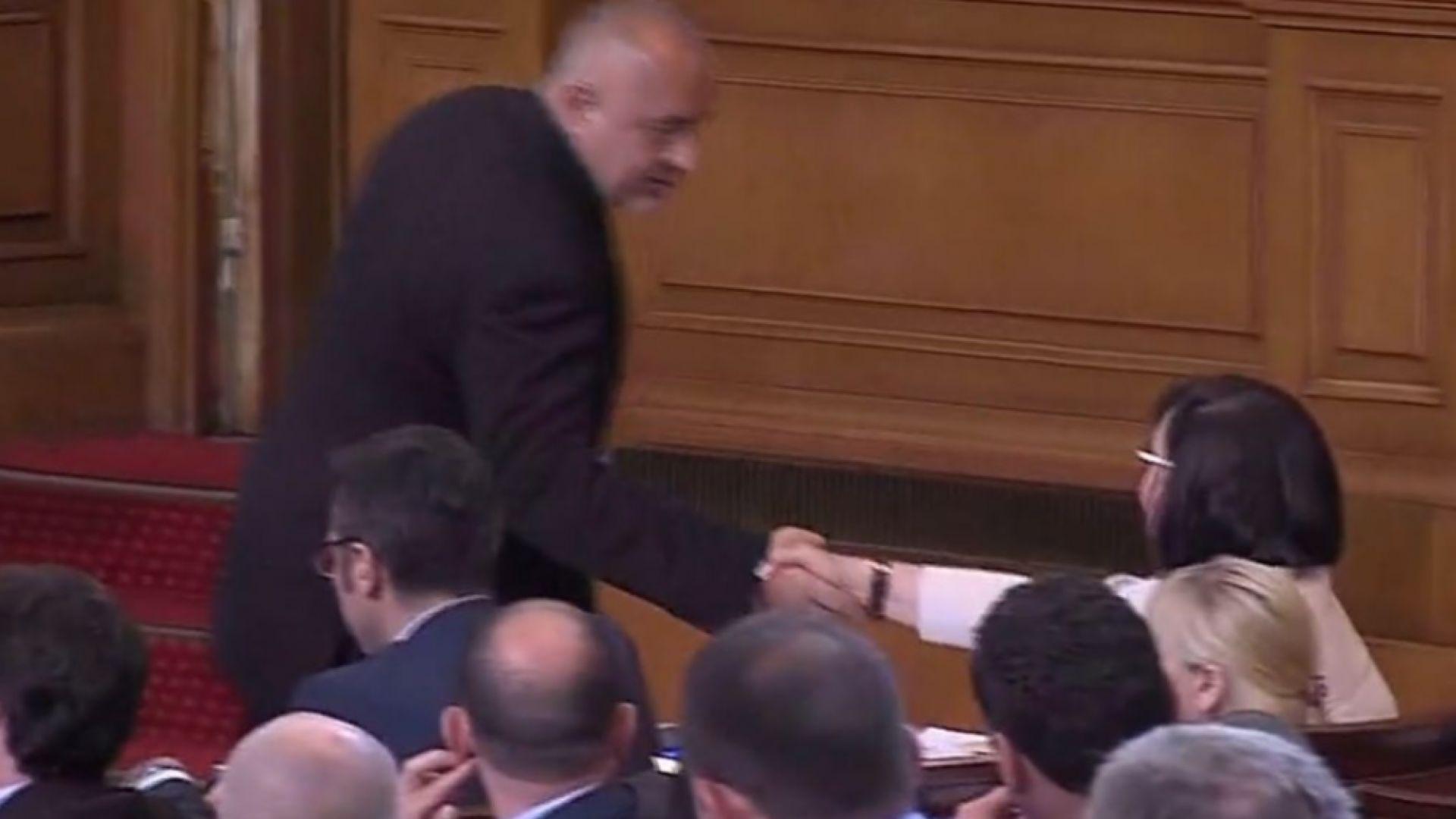 Опозиция и власт си стиснаха ръцете за мигрантите, Борисов и Нинова - също