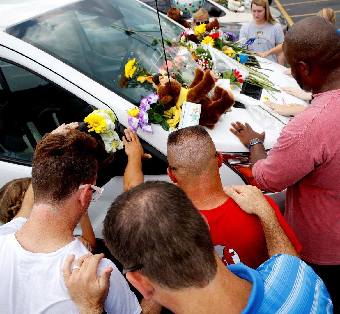 Близките оставиха цветя и играчки в памет на загиналите, сред които има и деца