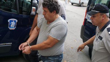 Един от задържаните надзиратели на затвора във Варна остава в ареста
