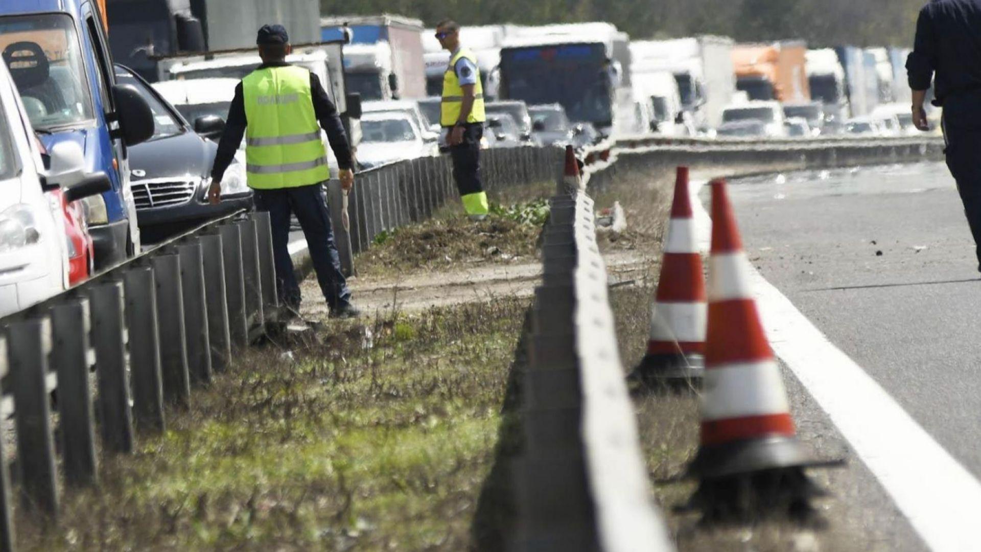 """Камион помете кола на """"Тракия"""" и блокира магистралата"""