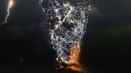 Фотограф снима бликаща вулканична лава и стряскащи гръмотевични бури