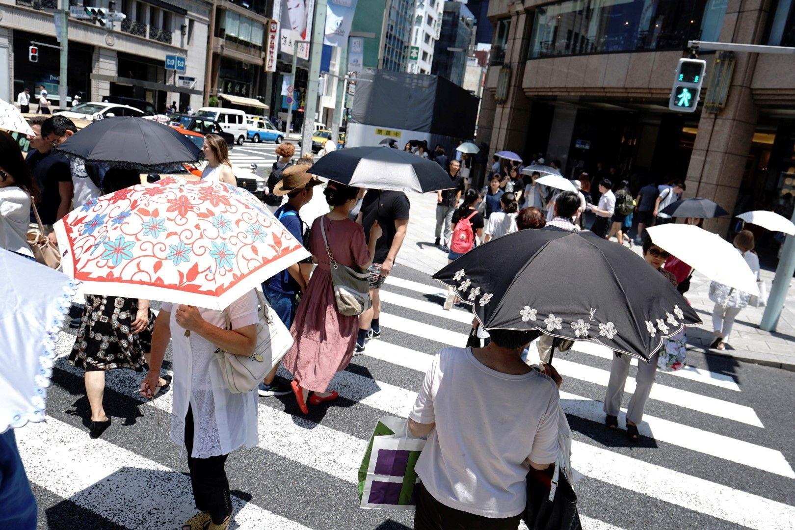 Японците са принудени да се движат с чадъри