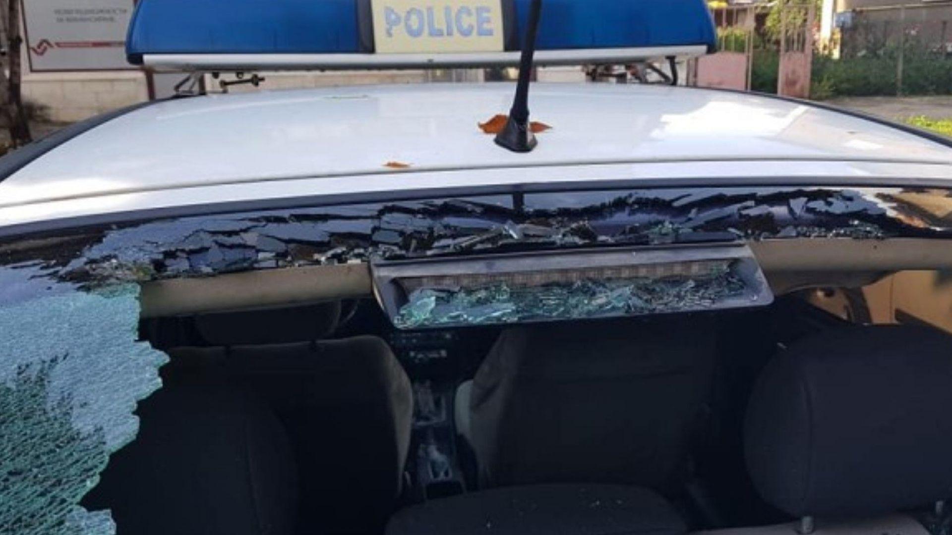 Градушка потроши стъклата на патрулки в Мездра (снимки)