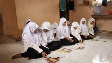 Индонезийско момиче, изнасилвано от брат си, осъдено на затвор заради аборт