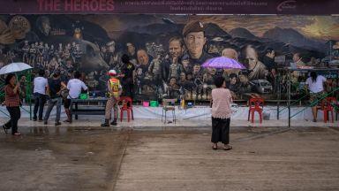 Огромни стенописи увековечиха героите от тайландската пещера