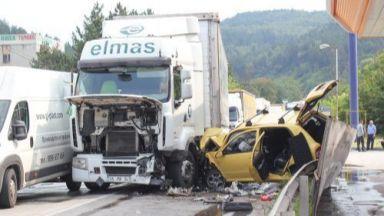 ТИР и лек автомобил катастрофираха, има ранени