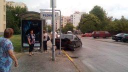 Автомобил се вряза в спирка, по чудо няма жертви