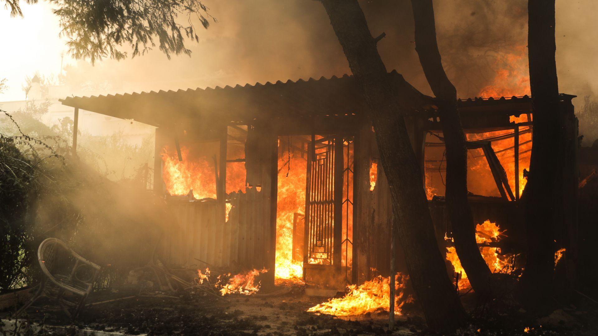 Поне 50 жертви при пожарите в Атина, стотици ранени