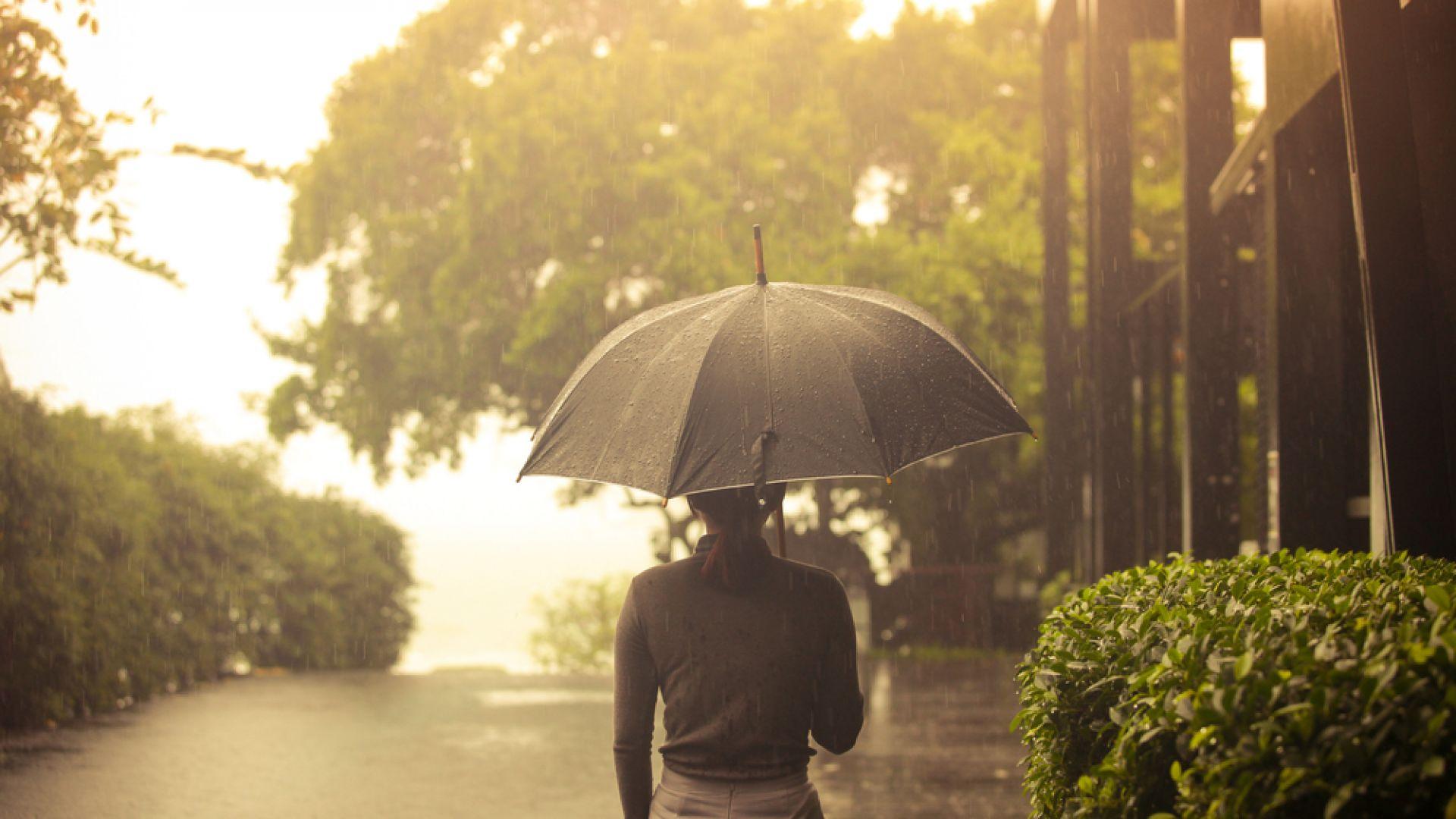 Дъждове до неделя, подобрение едва в понеделник