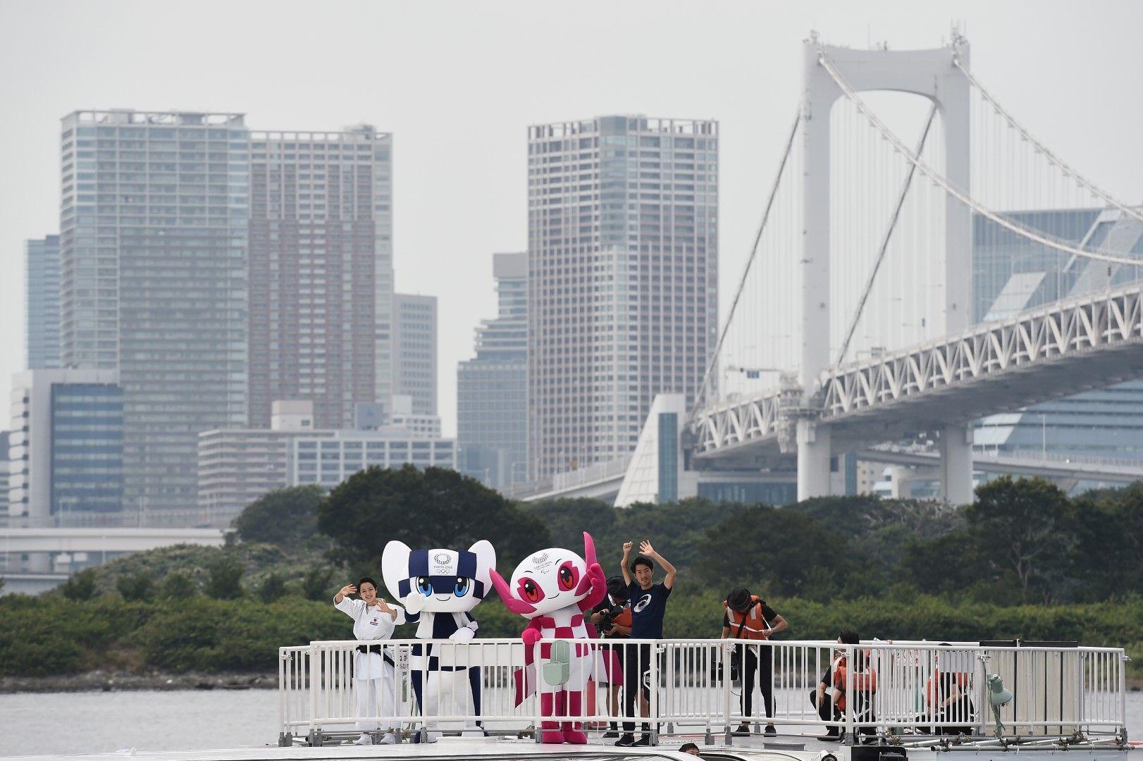 Талисманите на фона на силуета на града.