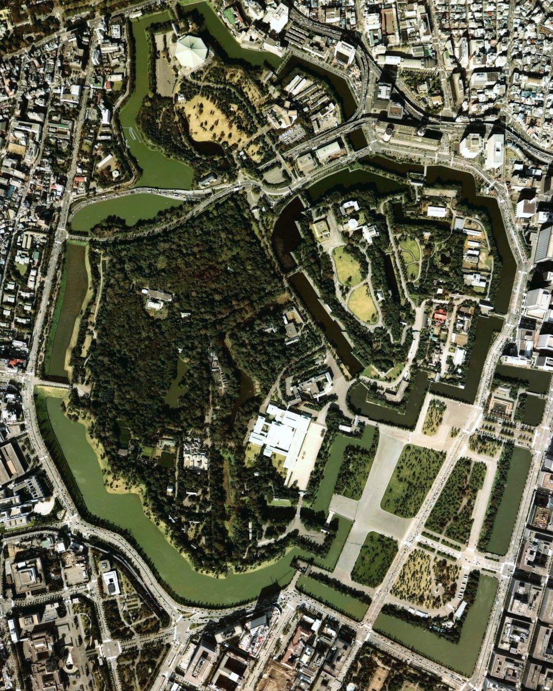 Императорският дворец с градините му - символично място и арена на част от дисциплините.