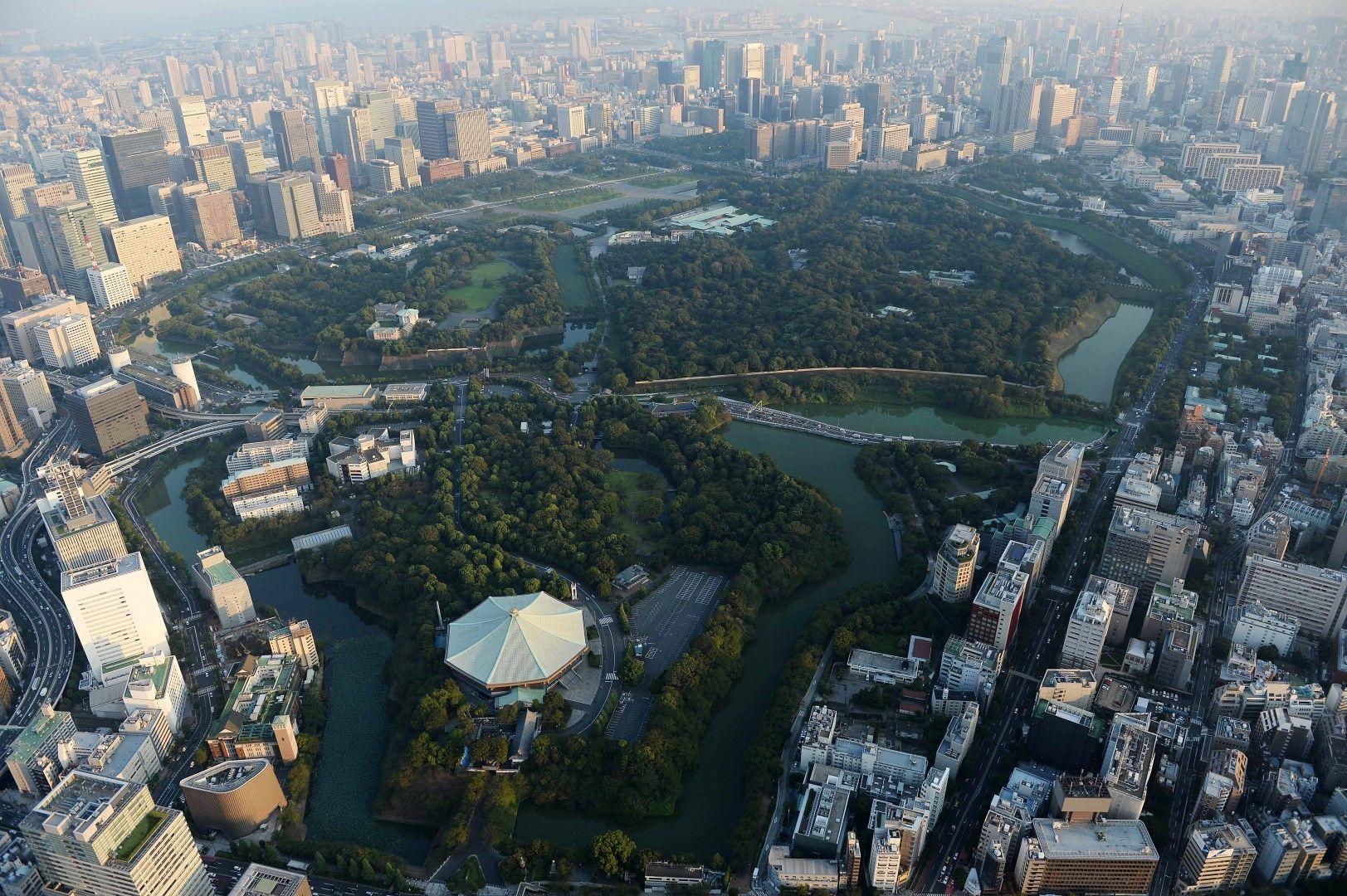 Императорският дворец и градините му.