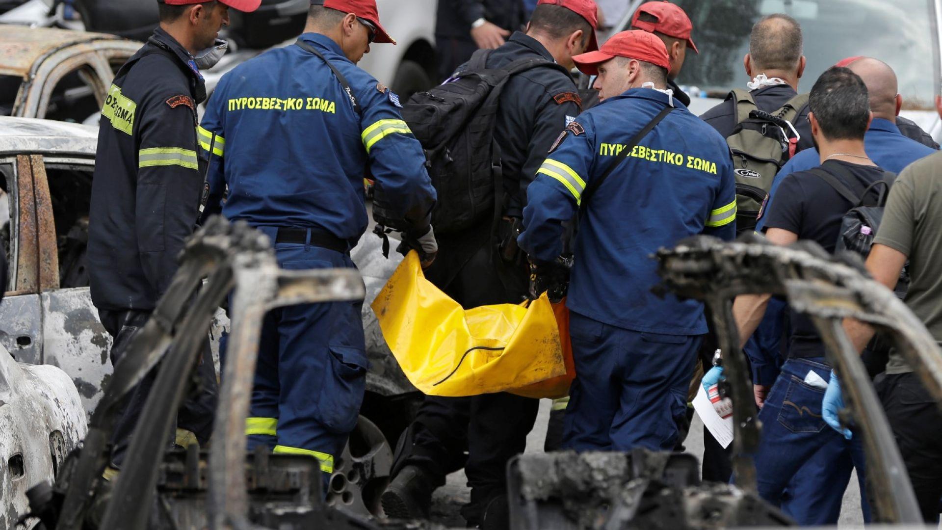 Спасителните екипи изнасят трупа на един на загиналите