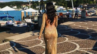 Никол в прозрачна рокля с гол гръб в Австрия