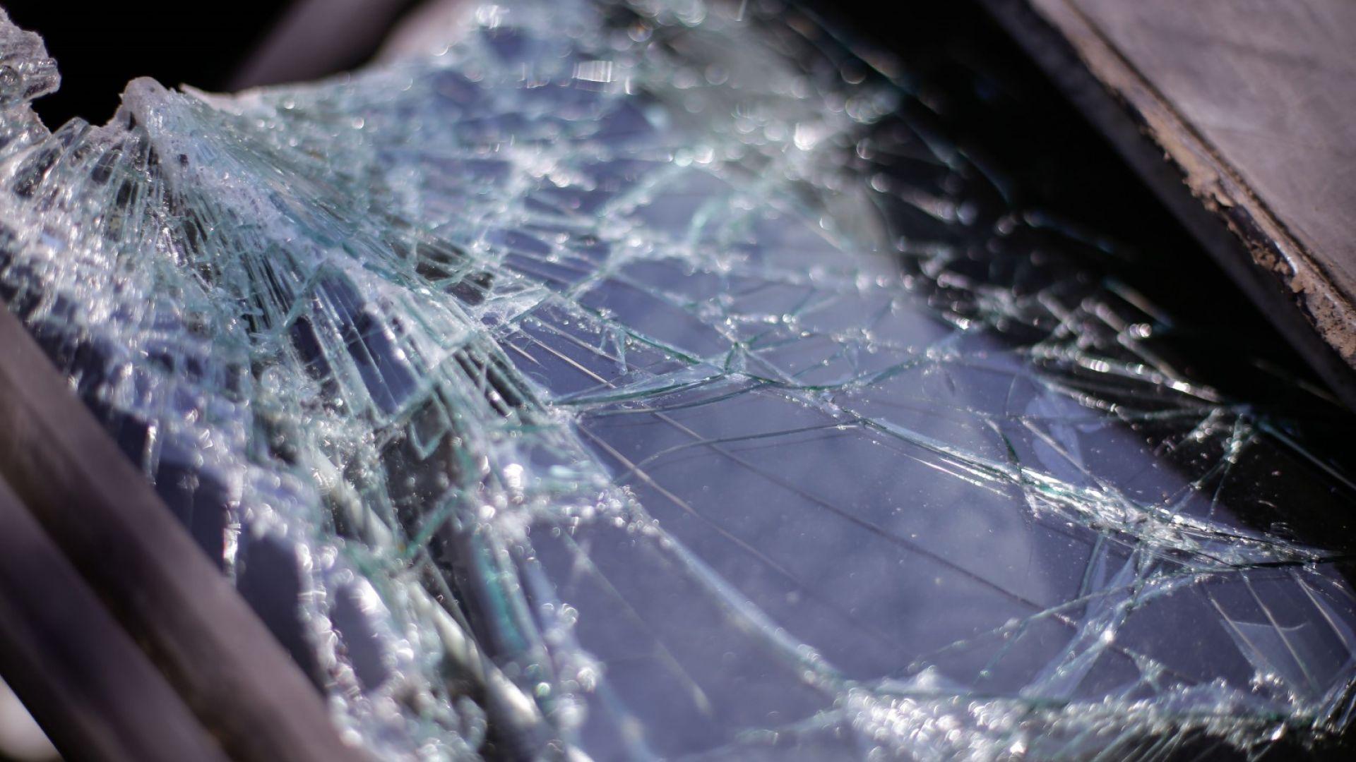 """""""Мерцедес"""" се разполови след удар в дърво, млада жена загина"""