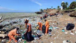 Почистиха над 1000 тона боклук от плаж в Доминиканската република
