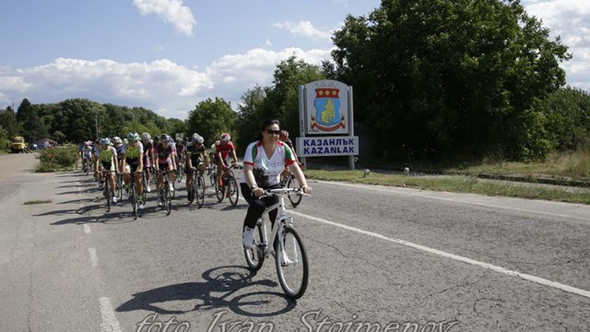 Корнелия Нинова превзема Шипка с колело