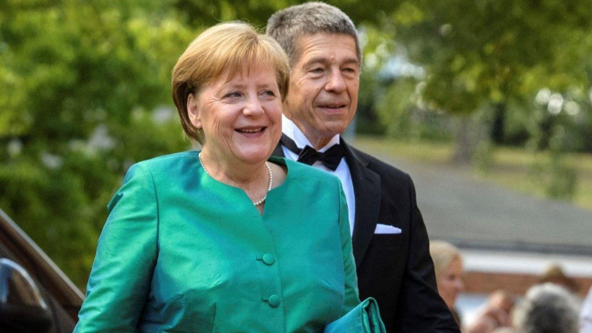 Меркел сияе в зелено на фестивал със съпруга си и Рюте