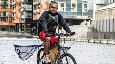 Запознайте се с мъжа, който чисти Темза на колело
