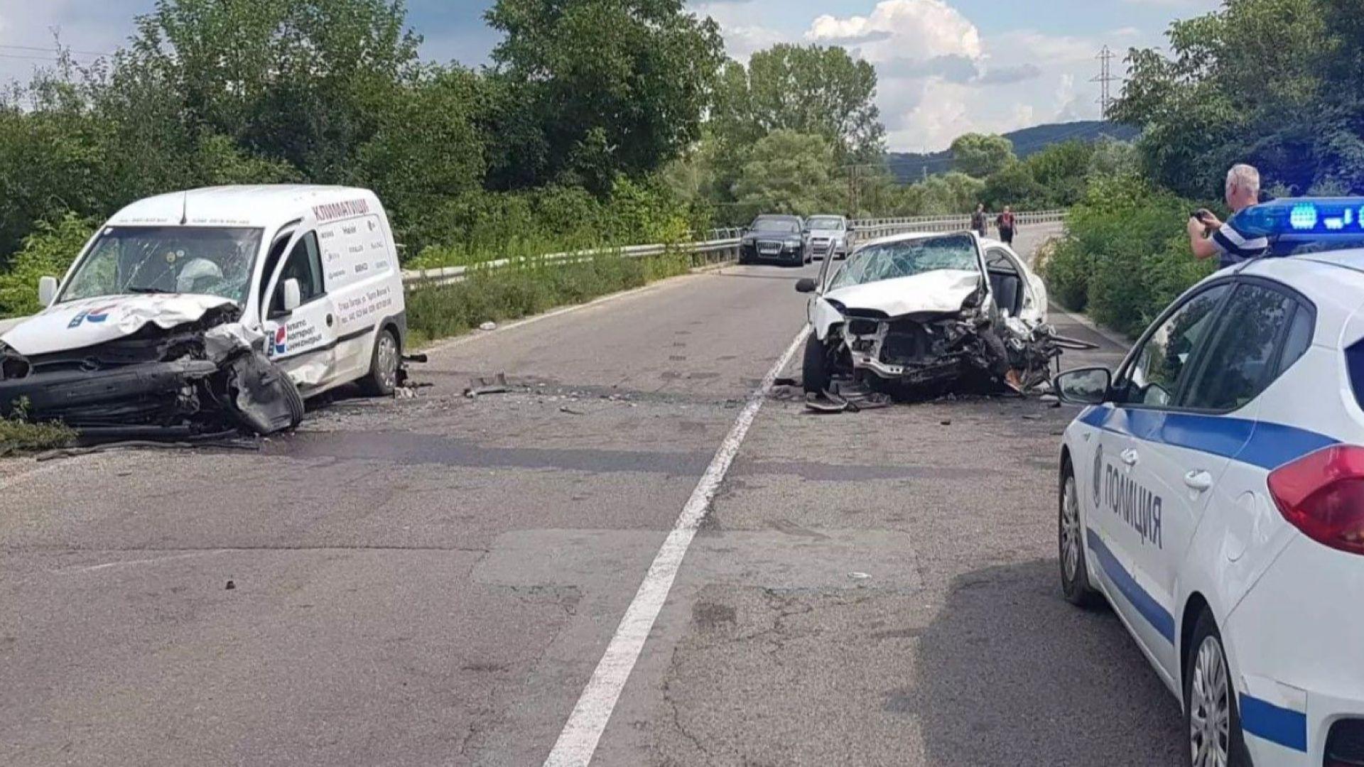 Челен удар затвори главен път, трима са ранени