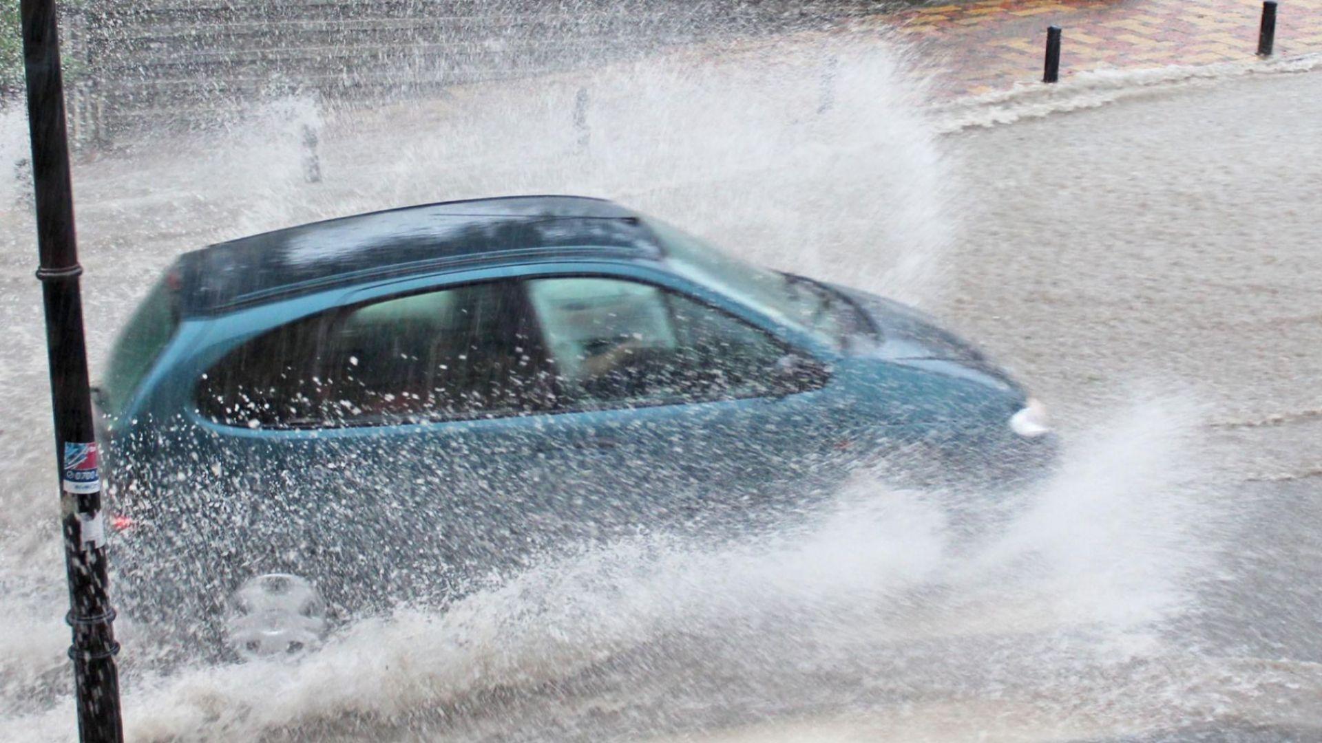 Силни бури потопиха под вода Балчик и Варна (видео)
