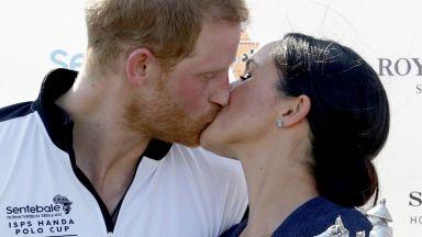 Меган дари Хари със страстна целувка след победа на поло