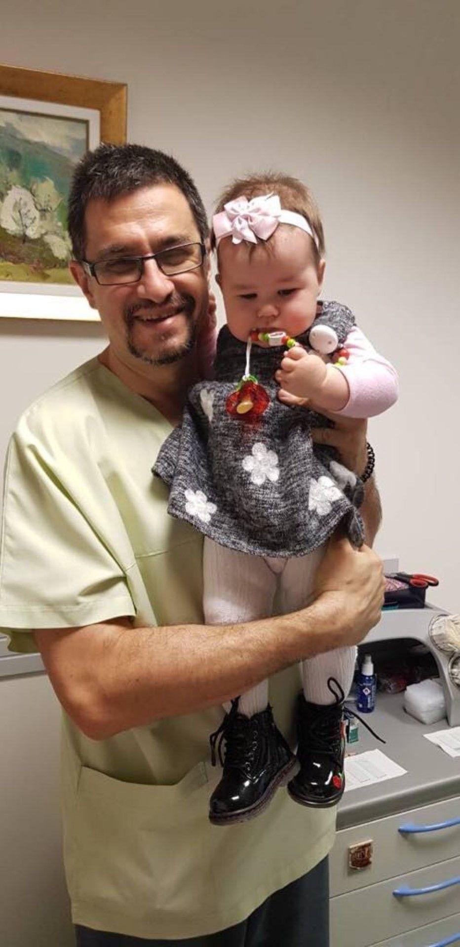 Д-р Стаменов с малката Мария-Виктория, родена след ин витро с донорска яйцеклетка
