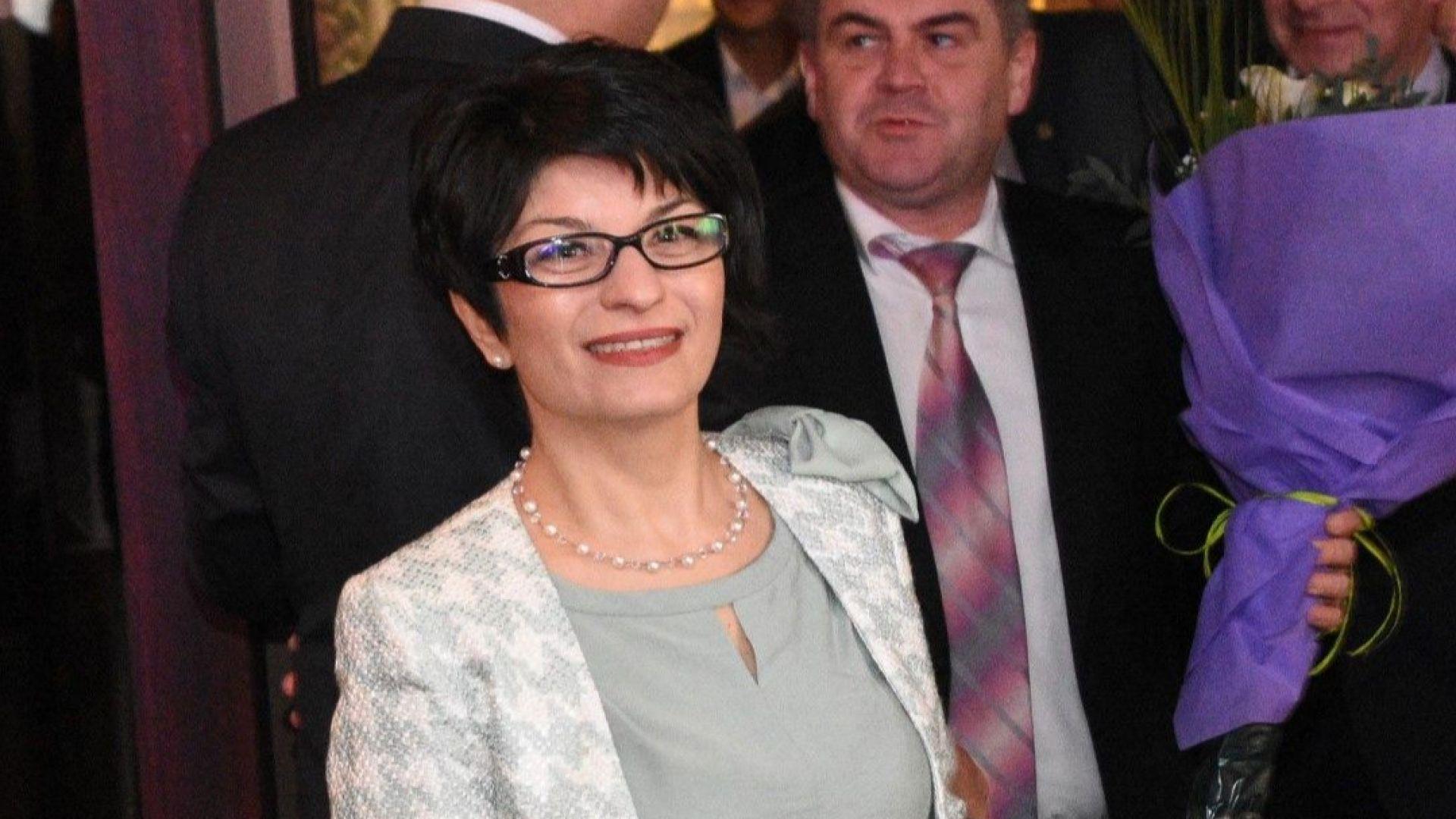 Десислава Атанасова: Отказваме да участваме в дебат за ритането по кокалчетата в политиката