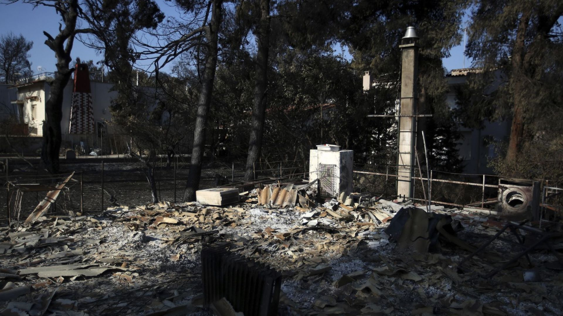 Десетки жертви на пожарите в Гърция остават неидентифицирани