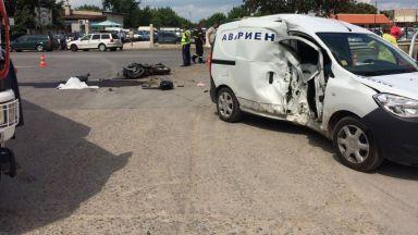 Моторист се заби в кола на ВиК, уби служител и загина (снимки)