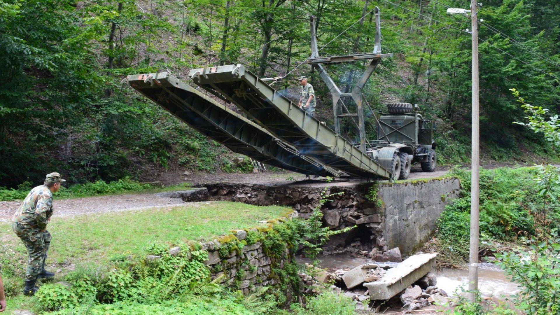 Понтонният мост е временен и е осигурен от МО