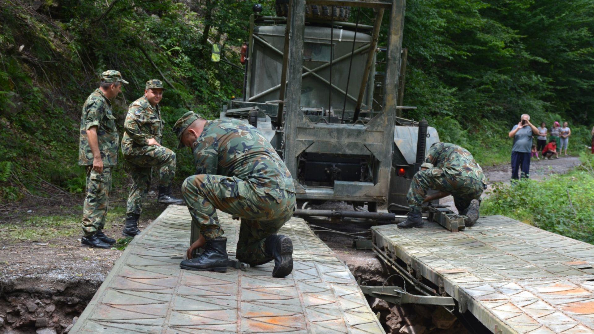 Военни монтираха мост до откъснатите махали в Глогово