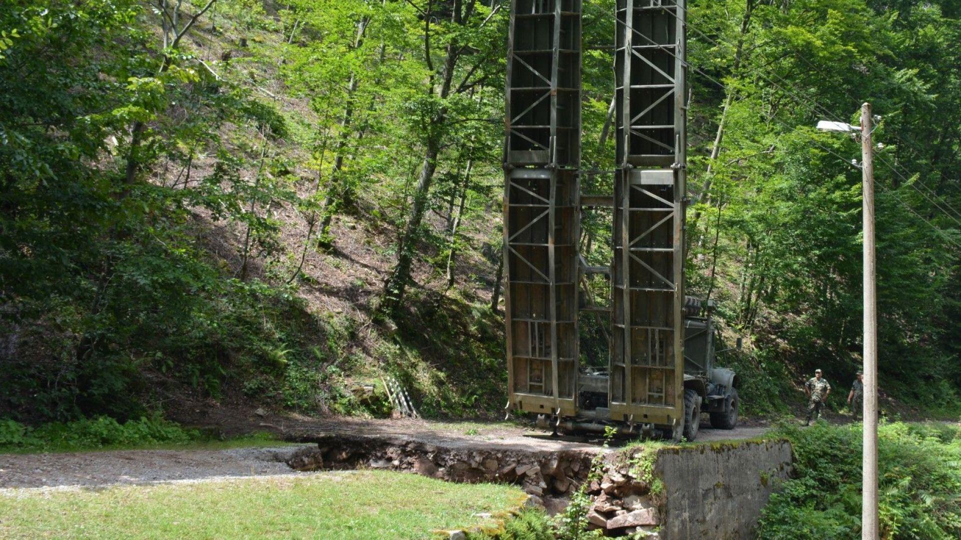 Мостът осигурява достъп до трите махали