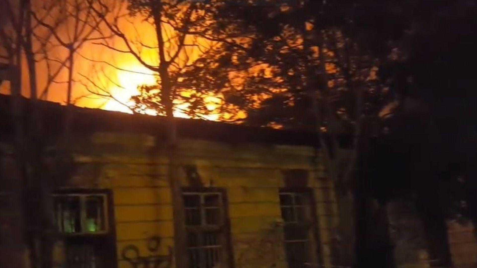 """Пожарът в """"Царските конюшни"""" тръгнал от покрива, изгорели са близо 500 квадрата"""