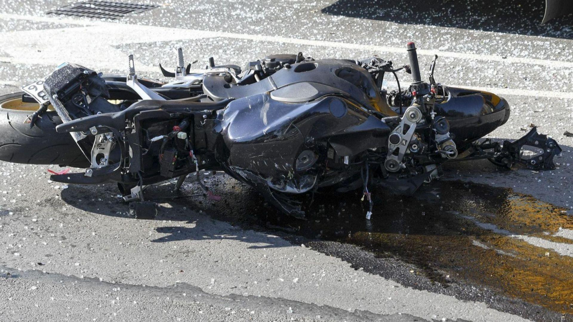 Млад мъж загина при опит да вдигне мотора си на задна гума