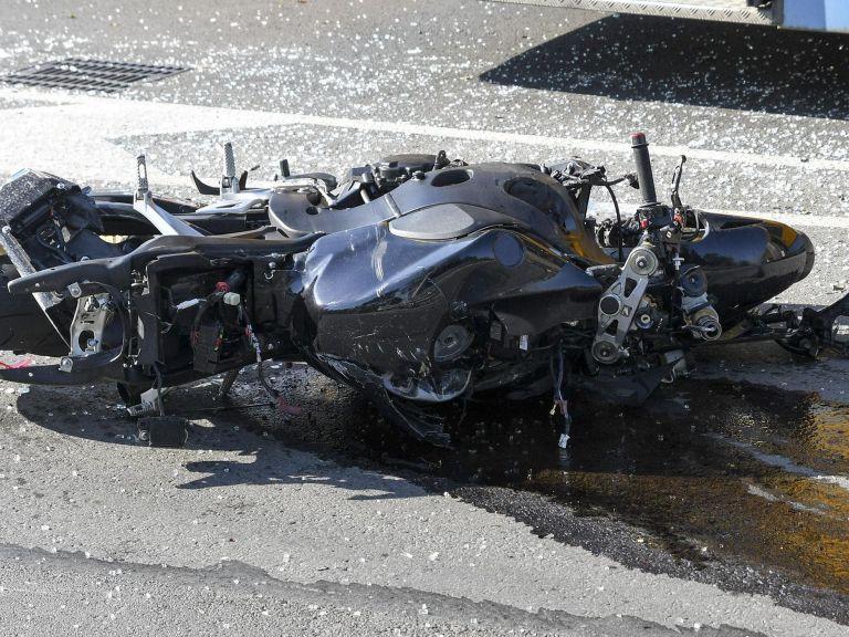 Млад моторист загина след удар в кола, бордюр и дърво