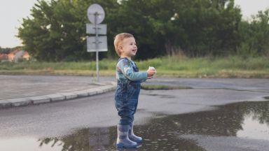 Британци се радват на дъжда след дългата суша (видео)