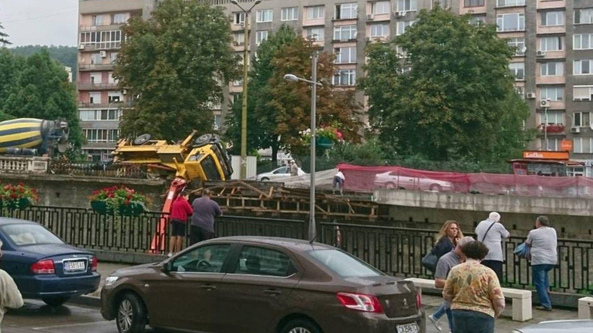 Камион с бетон помпа се обърна в река Янтра в Габрово (снимки)