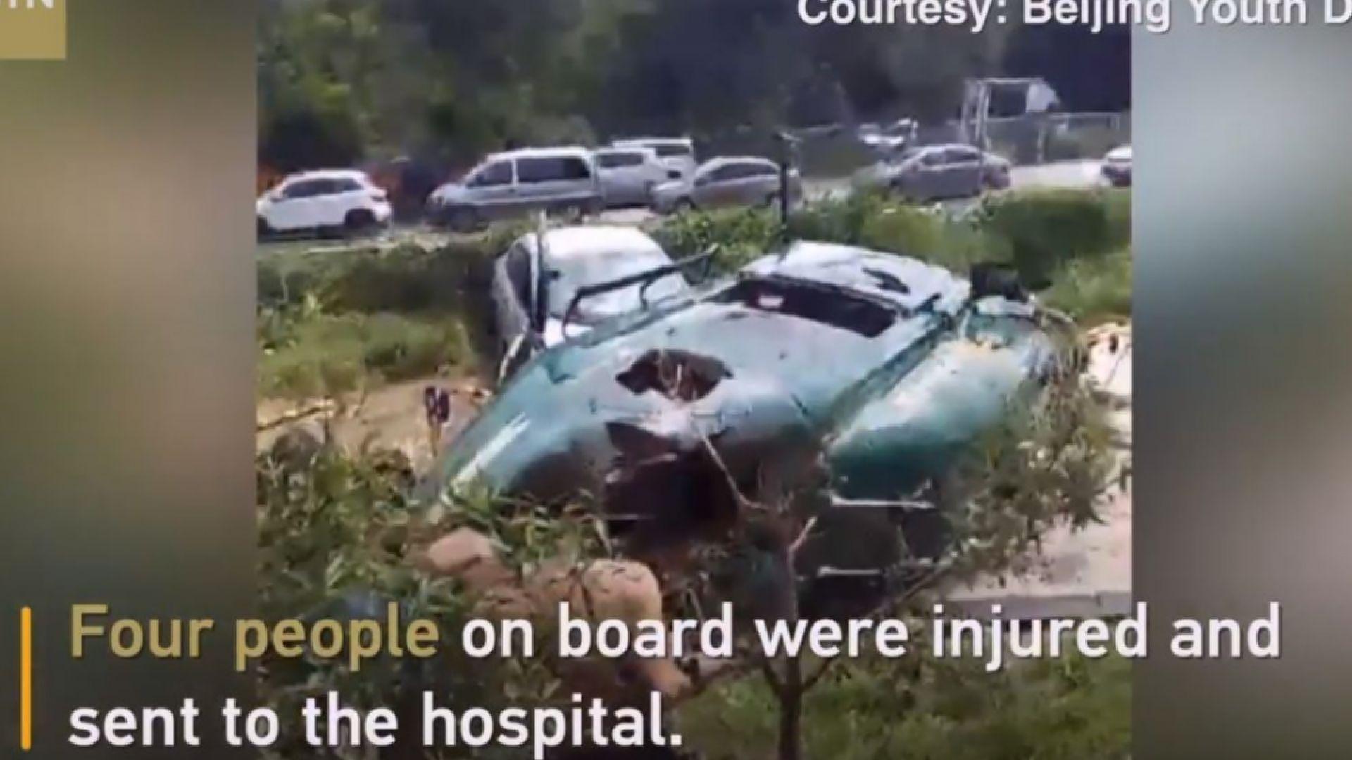 Хеликоптер падна на паркинг в Пекин (видео)