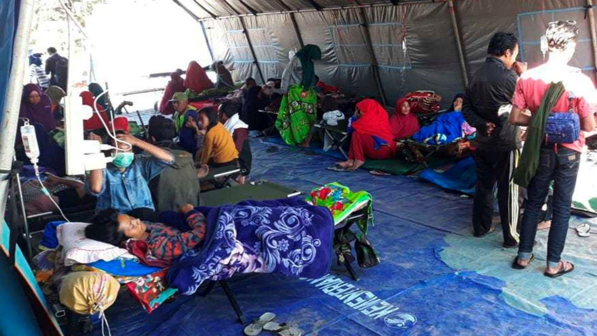 Спасители се опитват да евакуират близо 700 туристи, блокирани в Индонезия след земетресение