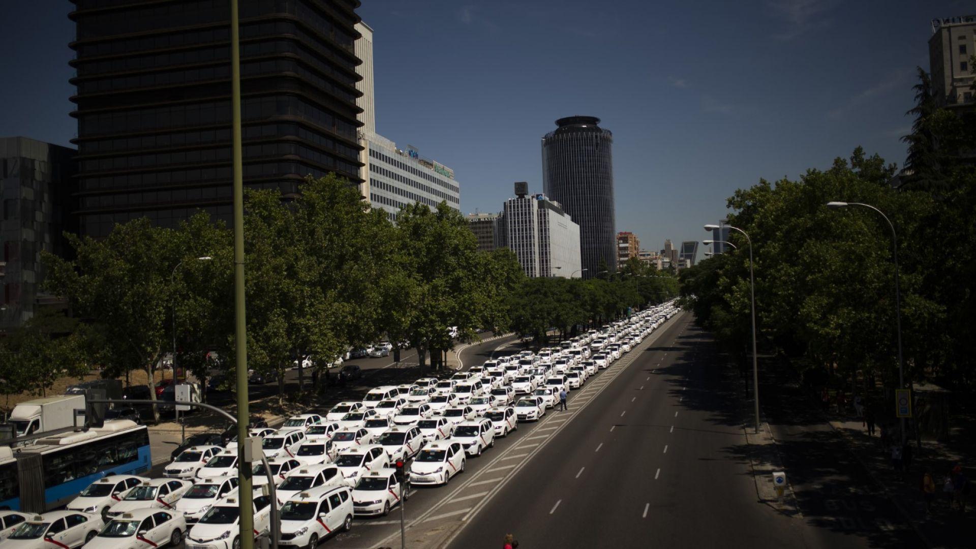 Мадрид блокиран от стачка на таксиметровите шофьори (снимки)