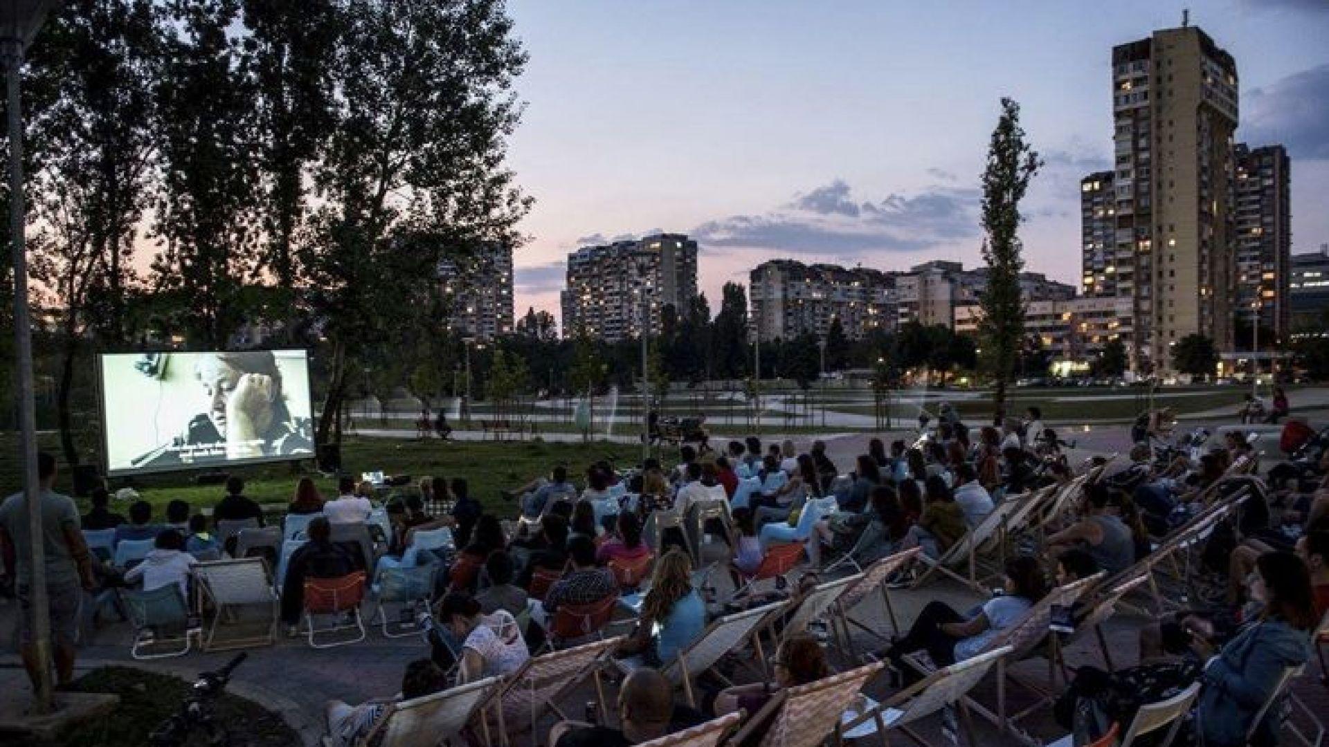 Столичани се събират на безплатно кино пред блока