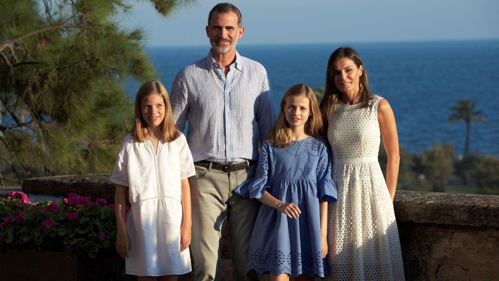 Летисия и Фелипе с децата на остров Майорка