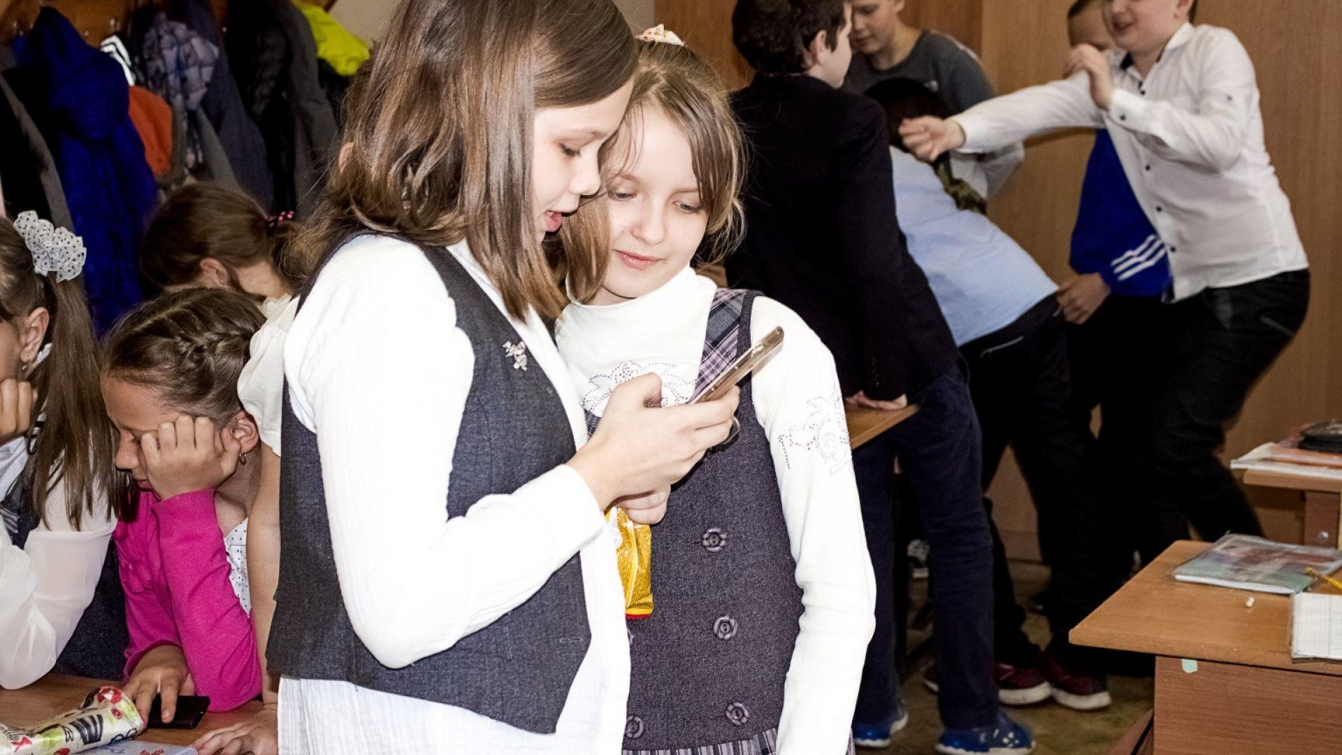 Франция забрани със закон мобилните телефони в класната стая