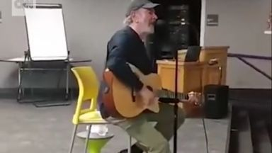 Болният от Паркинсон Нийл Даймънд се завърна, за да пее за пожарникарите на Колорадо