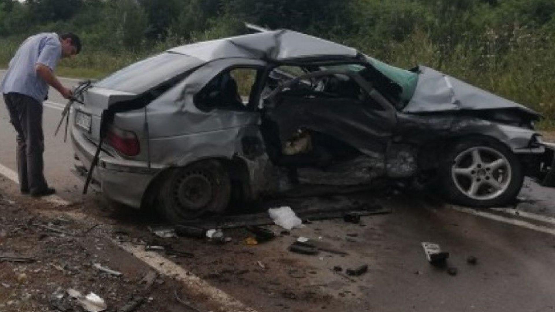 """Един загинал и ранени при сблъсък между БМВ и """"Фолксваген"""" (снимки)"""