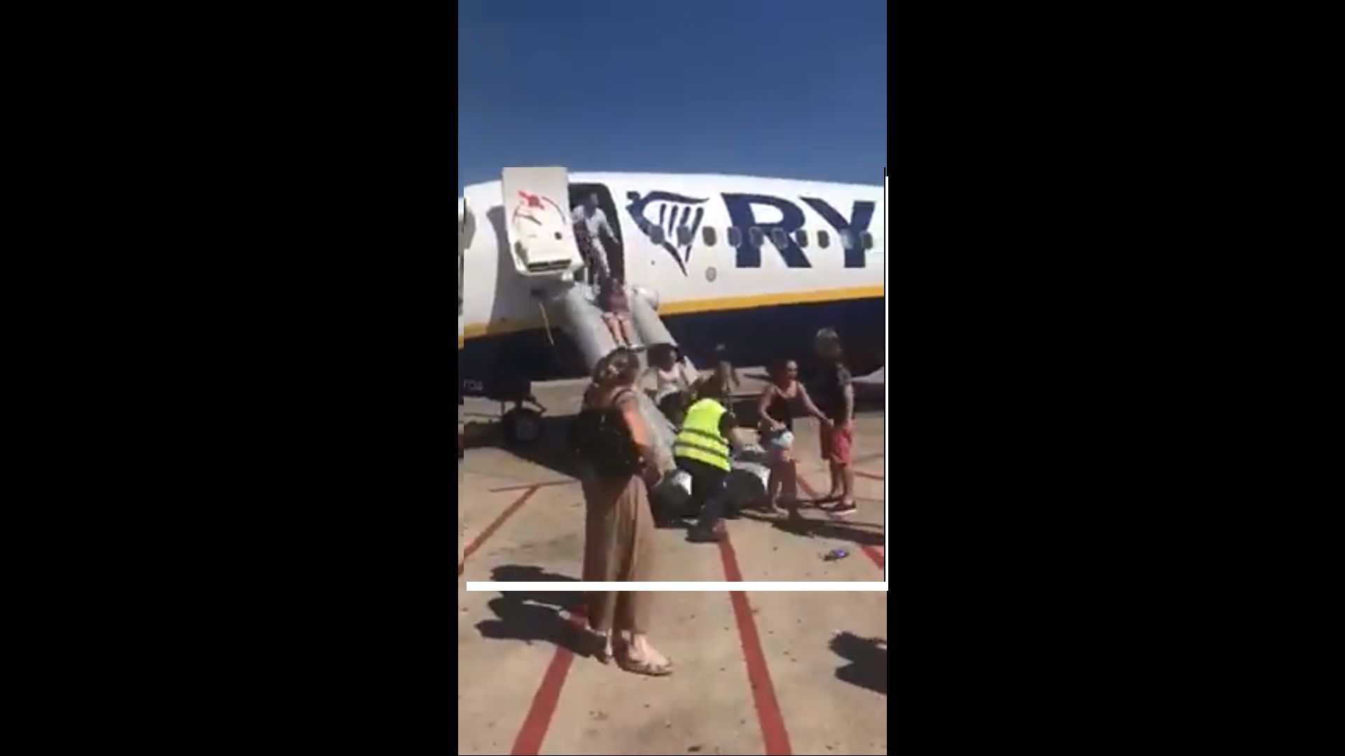 """Телефон подпали самолет на """"Райънеър"""", пътниците слязоха панически"""